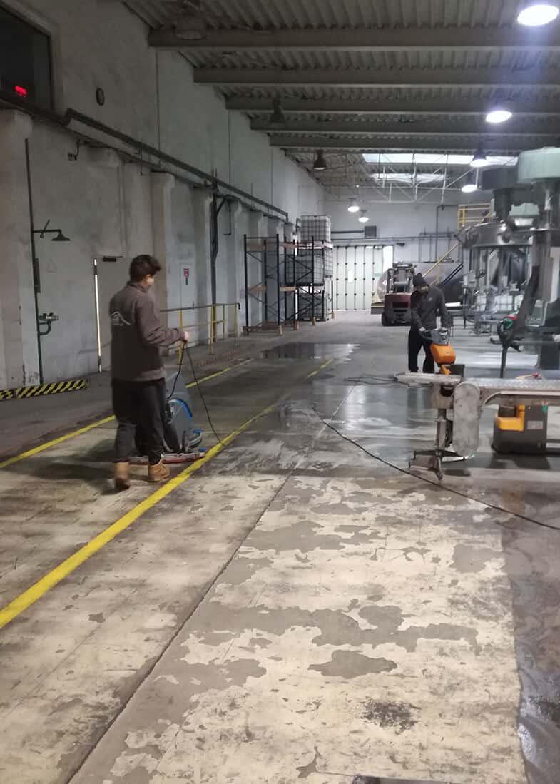 czyszczenie podłogi hali z odsysaniem zanieczyszczeń