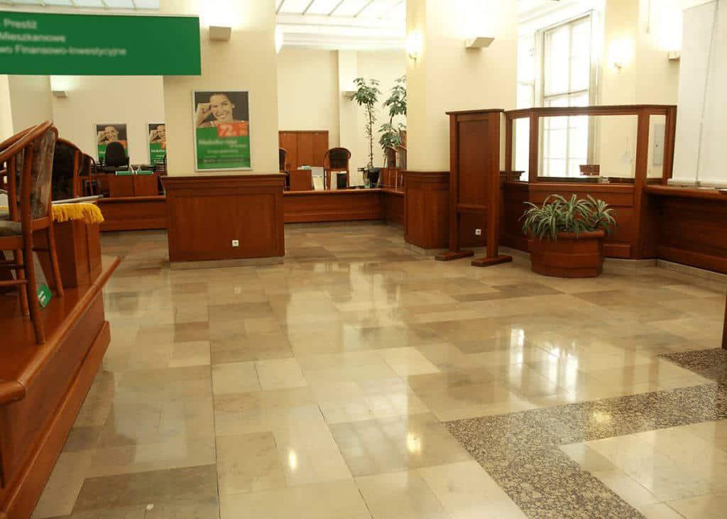 Efekt krystalizacji kamienia w holu banku