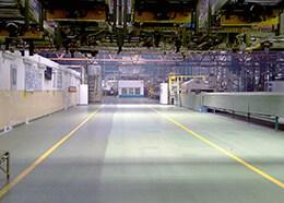 czyszczenie podłogi w hali produkcyjnej