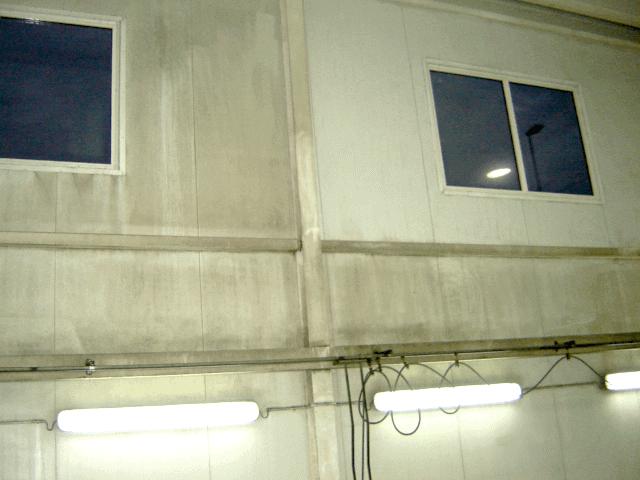 Mycie ściany wewnętrznej w hali produkcyjnej