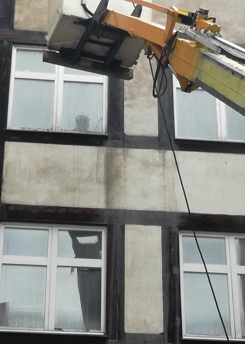 mycie elewacji kamienicy z podnosnika (25)
