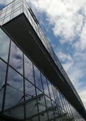 mycie elewacji szklanej budynku firmowego