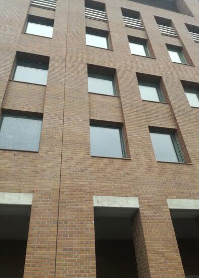 Mycie okien i elewacji budynku przemysłowego