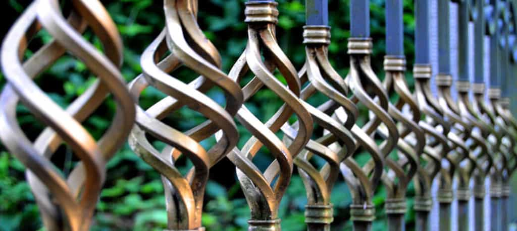 mycie ogrodzeń metalowych