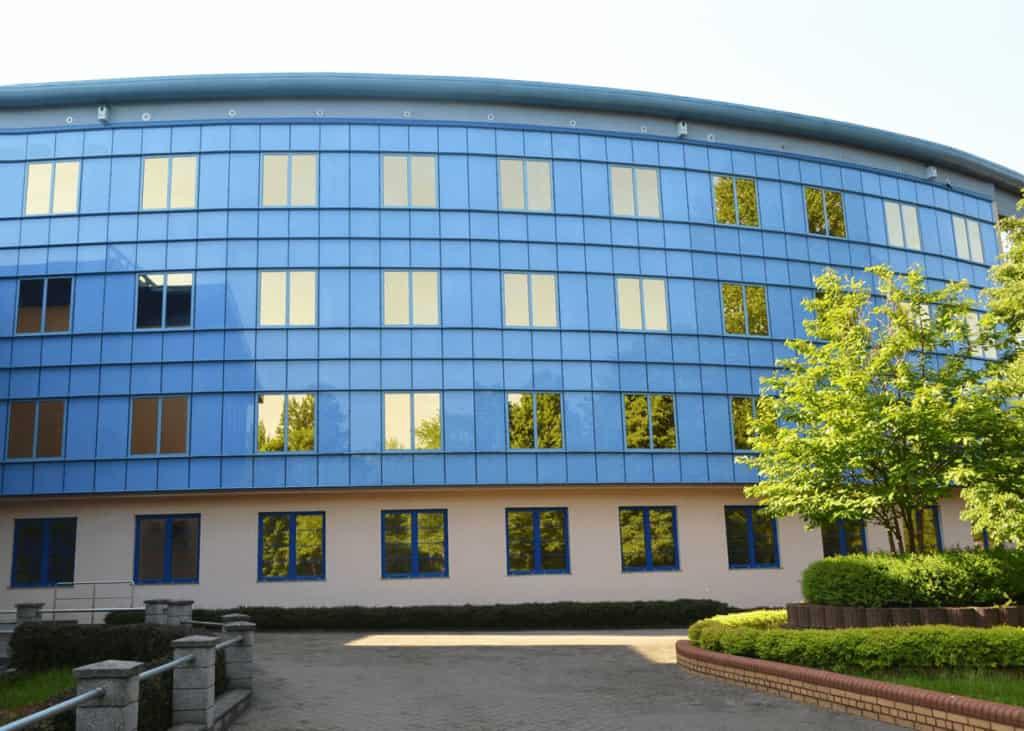 Mycie okien i ścian budynku
