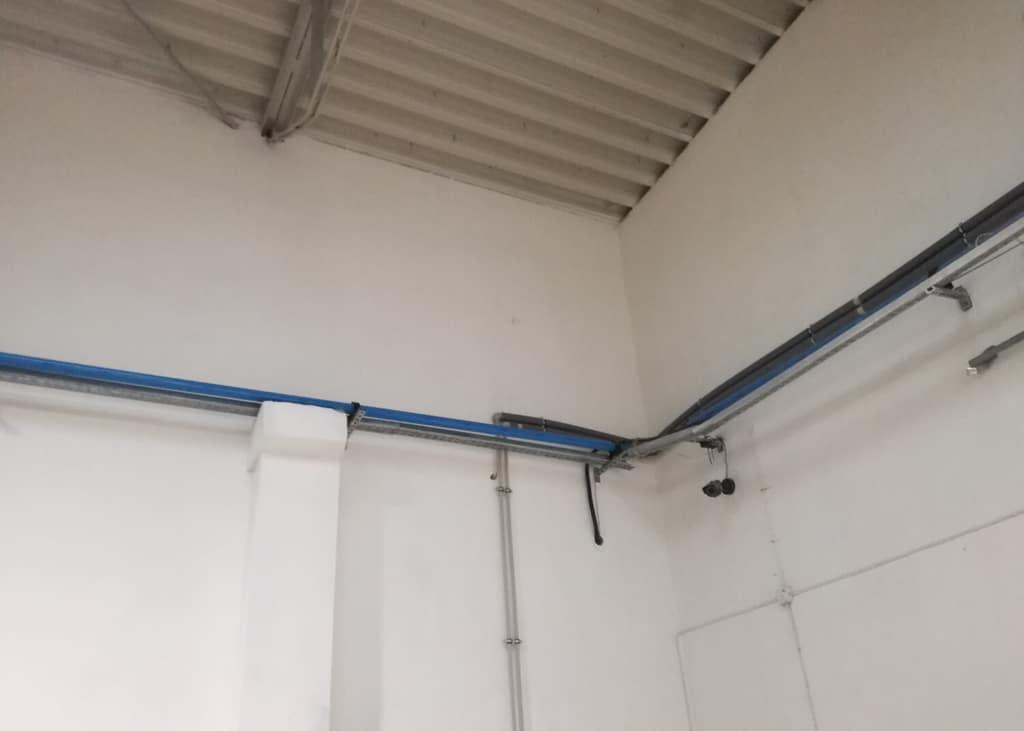 Mycie ściany wewnętrznej hali przemysłowej