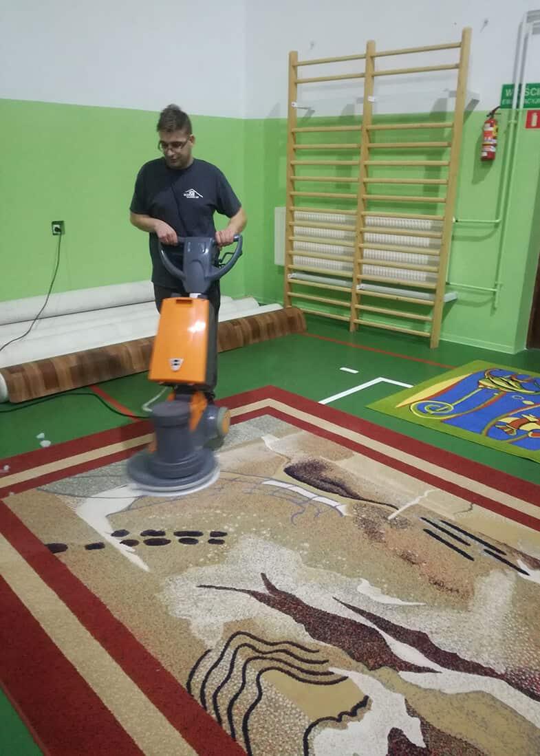 pranie dywanoów z pomocą ekstraktora